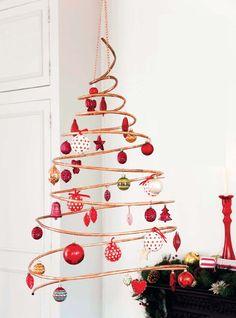 """Se siete a corto di spazio per un grande albero di Natale, perché non dare spazio alla fantasia e provare idee alternative? Quelle che vi proponiamo sono """"compatte"""", originali e divertenti. Questo …"""