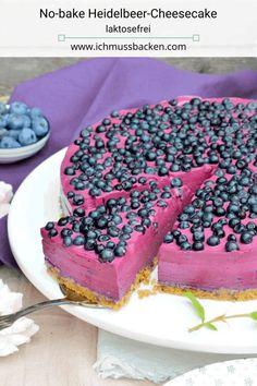 Der no-bake Heidelbeer-Cheesecake ist schön cremig und schmeckt intensiv nach Heidelbeeren. Ein Hingucker auf jeder Kaffeetafel! #rezept #no-bake #cheesecake #laktosefrei #heidelbeerkuchen #heidelbeeren #süß #sommerkuchen