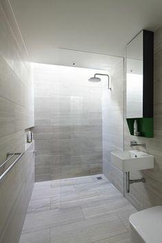 salle de bain beige, salle de bain avec douche italienne carrelage gris pale
