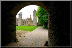 Gratot - Manche. Un château du moyen âge lentement s'est transformé en résidence renaissance. 5 siècles d'architecture se côtoient dans un magnifique équilibre de force, mystère et grâce.