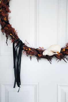 Want to see how to make this chic natural Halloween wreath? Click to read this list of Halloween wreath ideas, including an Eyeball wreath, Disney Halloween wreath, Harry Potter wreath and more, or re-pin for inspo later! Disney Halloween, Spooky Halloween, Halloween Decorations, Make Your Own, How To Make, Wreath Ideas, Harry Potter, Lily, Wreaths