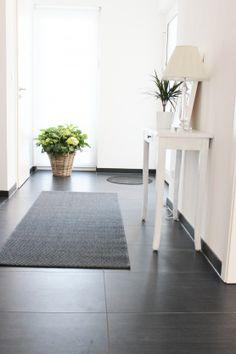 Dunkler Boden, helle Wände, aufgeräumt und klar strukturiert