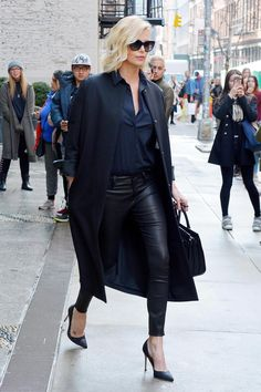 Street Style Star: Charlize Theron in the Aurelie Leather Legging. Club Outfits, Casual Outfits, Fashion Outfits, Fashion Trends, Fashion News, Celebrity Outfits, Celebrity Style, Charlize Theron Style, All Black Outfit