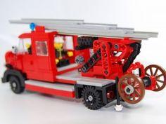 Hallo, nachdem ich ja schon einen Mercedes Oldtimer Lastwagen gebaut habe, bot es sich an auf Basis dieses Modells weitere Variationen zu bauen. Da man durch die Farben der 2 Brick´s hohen Tür begrenzt ist, viel diesmal die Wahl auf eine Feuerwehr.…