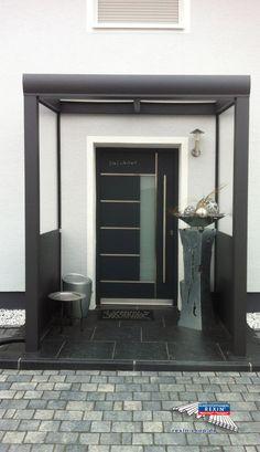 Ein Alu-Haustürvordach der Marke REXOvita Titan 2m x 1,5m in Anthrazit mit Plexiglas XT 8mm Massivplatten.  Dieses Haustür-Vordach wurde mit zwei farblich passenden REXOvita Seitenwänden inklusive hochtransparentem Plexiglas ergänzt. So entsteht ein heller, einladender Hauseingang.  Ort: Landau  #Vordach #Aluvordach #REXOvita #Rexin #Haustuervordach #Plexiglas