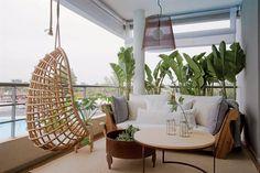 Sobre la alfombra, fogón de chapa de 60cm de diámetro ($5.625) y mesa de centro con tapa de madera maciza de 80cm de diámetro ($7.765). Hamaca de mimbre y bambú con almohadón ($9.500, todo de Vicky Provenzano) y lámpara colgante 'Cono' de Mínimo (Griscan).