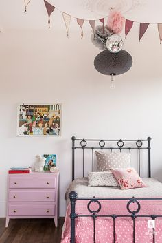Via If you want to update a girl's bedroom, today we bring you seven great ideas to get inspiration. All of them are really feminine spaces which avoid those typical pink rooms. Nordic Style Girl's Room The first one is a Nordic style room where neutral tones like black and white are the main features […]