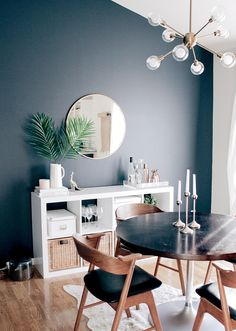 Simple Summer Styling Tips :: Dining Room Decor and Dining Room Inspiration - Saffron Avenue, Room Styling, Mid-Century Modern, MidCentury, Hale Navy, Summer Interior Decoration, Summer Decor, Mid Century Mod, Sputnik Chandelier, Copper Pineapple, Cowhide Rug, Interior Inspiration, Simple Styling Tips, Summer Inspo