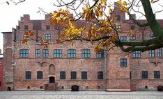 Malmøhus. Naturhistorisk museum (nyrenoveret), kunst- og kulturhistoriske museum. Entre hertil giver også adgang til de andre Malmømuseer. Butikken er ikke så spændende mere