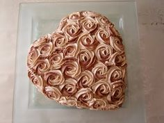 Chocolate-cinnamon cream cake (thanks to Google translation).  Hearts and roses for Valentine's Day.