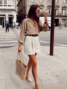 15 Beige And White Outfits To Wear From Summer To Fall Dorytrendy wearing a beige shirt, white shorts, white mules and a straw bag. Mode Outfits, Trendy Outfits, Party Outfits, Elegant Summer Outfits, Picnic Outfits, Summer Outfits For Vacation, Party Outfit Summer, Party Outfit Casual, Casual Summer Outfits Shorts