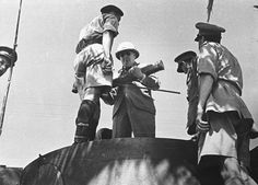 Winston Churchill se tient sur la tourelle du fameux Tiger « 131 ». Il a dans les bras un imposant obus de 88 mm. Nous sommes à Tunis courant 1943.