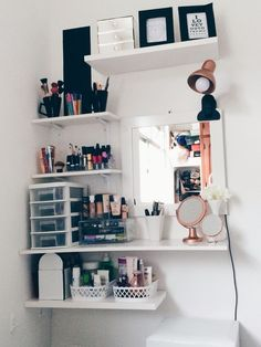 DIY Home Decor Ideas on a Budget Floating Shelves is part of Room decor Here's an awesome tutorial showing you how to make these floating shelves that you can use in your bedroom, living room or - Cute Room Decor, Room Decor Bedroom, Bedroom Girls, Bedroom Inspo, Bedroom Storage, Vanity Room, Dyi Vanity, Diy Vanity Table, Corner Vanity