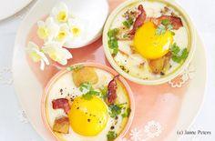Eier im Schälchen mit Speck und Erdäpfeln