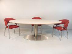 Prachtige design tafel van de Tafelfabriek. Ovale RVS poot met HPL blad. Blad beschikbaar in meedere kleuren en maten.