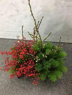 would be great as a centerpiece on christmas night Ikebana Flower Arrangement, Ikebana Arrangements, Beautiful Flower Arrangements, Floral Arrangements, Beautiful Flowers, Christmas Arrangements, Christmas Centerpieces, Flower Centerpieces, Flower Decorations