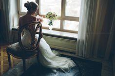 2. портрет невесты у окна, контровое освещение от окна. Невесту снимаем очень много, и поясной портрет и в полный рост, только лицо....)))