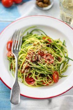 Zucchini spaghetti with cherry tomatoes and olives (raw, vegan, glutenfree) - spaghetti di zucchine con pomodorini e olive taggiasche