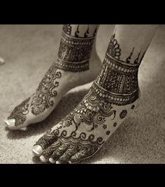 Henna on feet, paste still on. I love this design.