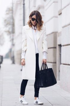 White coat outfit with Adidas sneakers. White Coat Outfit, Black And White Outfit, White Outfits, Black White, White Style, Work Outfits, Snow White, Cute Casual Outfits, Casual Chic