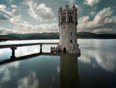 Una torre de princesa encantada en mitad del embalse de Santillana