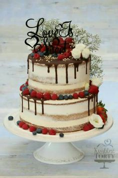 naked cake mit Beeren und Schokoglasur – sieht super lecker aus – Hochzeitskleid naked cake with berries and chocolate icing – looks super delicious! Bolo Geode, Geode Cake, Food Cakes, Cupcake Cakes, Cake Fondant, Naked Wedding Cake With Fruit, Wedding Cake Designs, Wedding Cakes, Wedding Favors