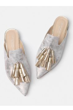 Bells & Becks the Mirella Gold flats Source by mercarius jeans women shoes Mules Shoes, Wedge Shoes, Flat Shoes, Mid Heel Shoes, Shoes Sneakers, Gold Leather, Leather Slip Ons, Italian Leather Shoes, Outfit Trends