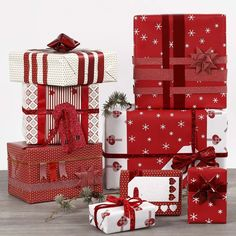 These gifts are wrapped in red and white wrapping paper and decorated differently with matching Masking Tape, gift ribbon, decorative ribbon, woven paper stars and manilla tags with glitter. All are from the Vivi Gade design series. Creative Gift Baskets, Creative Gift Wrapping, Wrapping Presents, Wrapping Ideas, Christmas Gift Wrapping, Xmas Gifts, Santa Gifts, Simple Christmas, Christmas Crafts