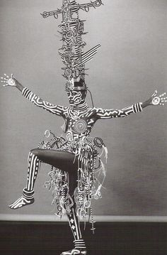 Grace Jones dont le corps a été peint par Keith Haring (artiste de street art) en 1984. Photo de Robert Mapplethorpe (1946) photographe américain célèbre pour ses portraits en noir et blanc très stylisés, ses photos de fleurs et ses nus masculins.