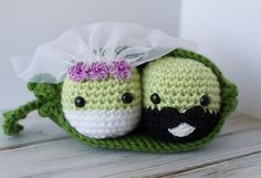 These crochet peas in a pod pattern amigurumi are going to make perfect crochet wedding gift topper! Crochet pea pattern looks really fun to crochet!