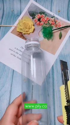 Plastic Bottle Crafts Flowers, Plastic Bottle Tops, Plastic Spoon Crafts, Reuse Plastic Bottles, Recycled Bottles, Plastic Bottle Decoration, Plastic Art, Instruções Origami, Decoration Plante