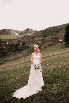 Bridal Bouquet #mountainwedding Johannes, Lace Wedding, Wedding Dresses, Couple Shoot, Bridal Bouquets, Wedding Couples, Beautiful Bride, Fashion, Moda