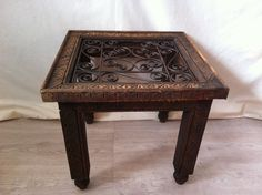 Mesa de madera de cedro y forja