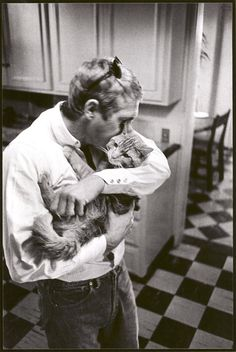 Steve McQueen with his pet, Kitty Cat. I knew there was a good reason I had such a huge crush on Steve McQueen! Crazy Cat Lady, Crazy Cats, I Love Cats, Cool Cats, Steeve Mcqueen, Celebrities With Cats, Celebs, Men With Cats, Animal Gato