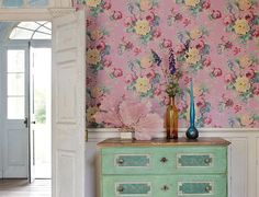 Anna French offers an array of bright and bold wallpapers that span over thirty years of artistic creation. The wallpaper designs of Anna French are a perfect mix of traditional with modern that create unique and eye-catching designs for interiors. Anna French Wallpaper, Look Wallpaper, Pattern Wallpaper, Wallpaper Ideas, Luxury Wallpaper, Nursery Wallpaper, Green Wallpaper, Cottage Chic, Cottage Style