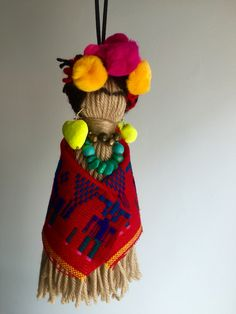 Frida Kahlo inspired Christmas tree decoration from wool inspiration Yarn Crafts, Felt Crafts, Diy And Crafts, Arts And Crafts, Mexican Crafts, Mexican Folk Art, Mexico Christmas, Christmas Crafts, Christmas Trees