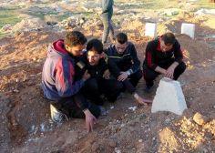 Padre sirio entierra a sus gemelos después del terrible ataque químico