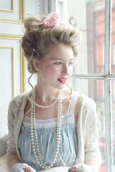 Eine Frisur und Make Up im Rococo Stil verbunden mit Rüschen und Perlen - so verträumt! Lace and pearls and classy hair
