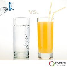 1. Kalorienreiche Lebensmittel und Getränke ersetzen - Anstelle von Softgetränken und Säften solltest Du Wasser oder Saftschorle trinken. Ersetzt man bspw. 1 ½ Liter Orangensaft mit Wasser, spart man schon 645 Kalorien ein. Auch der allseits beliebte Latte Macchiato sollte durch einen Espresso ersetzt werden. Ersetzt Du so verschiedene Lebensmittel und Getränke sparst du hunderte von Kalorien.    Ernährungspläne zum Abnehmen >>> https://www.gymondo.de/ernaehrungsplaene/