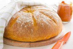 Prepare para o lanche! Broa é sempre bem vinda quente ou fria é deliciosa! Portugal, Portuguese Recipes, Croissants, Caramel Apples, Scones, Bakery, Food And Drink, Cooking Recipes, Bread