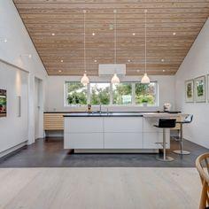 Eksklusivt køkken i nordisk stil fra uno form - Case Kitchen Dining, Dining Room, Residential Lighting, Kitchen Lighting, Home Interior Design, Lighting Design, New Homes, Indoor, Flooring