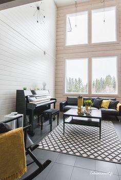 Moderni ja tyylikäs valkoinen hirsitalo kohoaa korkeuksiin kahden kerroksensa ansiosta. Ennen oman talonsa rakentamista tällä perheellä oli ihan erilainen mielikuva