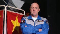 Een astronaut heeft verschillende pakken, waaronder de flight suit voor in het ruimteschip. Hoe ziet zo'n pak er uit en waarom draagt een astronaut alleen sokken? Astronaut André Kuipers laat het zien.