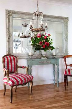 Living Room Console Table Ideas and Tips A charming little cottage style console table is brought to life with an intere Design Hall, Home Decoracion, Interior Decorating, Interior Design, Interior Colors, Interior Modern, Decorating Ideas, French Decor, Decoration Table