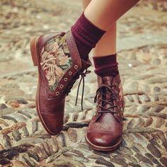 Chaussures à fleurs et chaussettes pourpre.