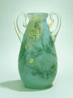 Émile Gallé (1846-1904). Vase à deux anses. 1896. Cristal soufflé à plusieurs couches, inclusions, cabochons et anses rapportées à chaud. Petit Palais - Musée des Beaux-Arts de la Ville de Paris - France