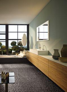 Lange Wände bieten sich perfekt für lange Schränke an - auch im Bad. Gönn dir dein Traumbad schon bald, mit den Tipps von www.wohn-dir-was.de Bildmaterial: (c) Burgbad