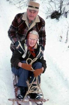 Grandma and Grandpa - Young at heart! I am older and I still sled. Older Couples, Couples In Love, Vieux Couples, Amor Real, Grow Old With Me, Growing Old Together, Never Too Old, Old Folks, Old Age
