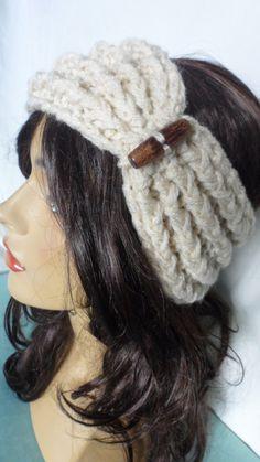 Faixa de lã estilo turbante, feita em tricô manual, <br>Pode ser usada por cima do cabelo como turbante ou por baixo como uma faixa normal ,detalhe de botão em madeira <br>Super quentinho.
