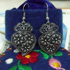 Vintage style Portuguese folk Hearts of Viana dangle earrings. Antiqued Silver tone metal filigree type with traditional swirls, flowers and roses jewelry design....$#portuguese folk earrings#portuguese queen style earrings#portuguese filigree earrings#portuguese jewerly earrings#portuguese traditional earrings